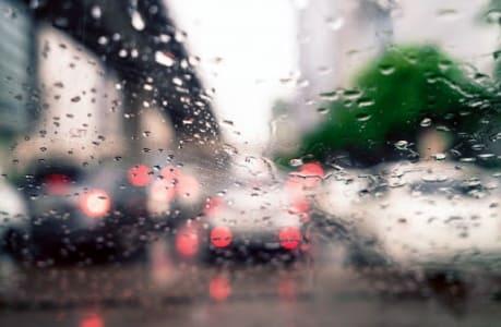 Jangan Abaikan Ini Saat Berkendara di Musim Hujan
